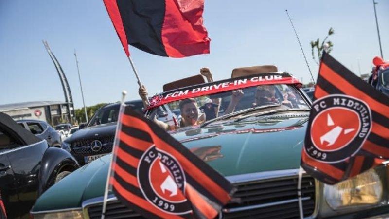 Deense fans vieren terugkeer van competitie met drive-in