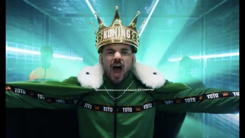 dit-harkt-wesley-sneijder-binnen-met-zijn-rol-als-koning-toto