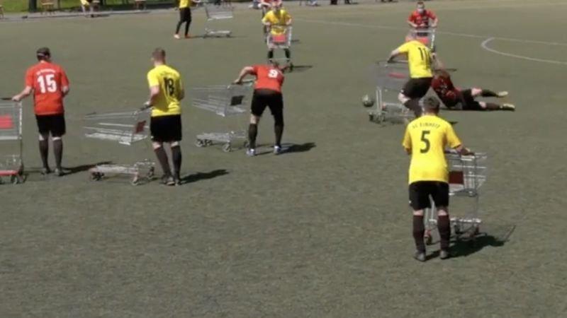 duitse-amateurs-voetballen-met-winkelwagens-om-afstand-te-houden