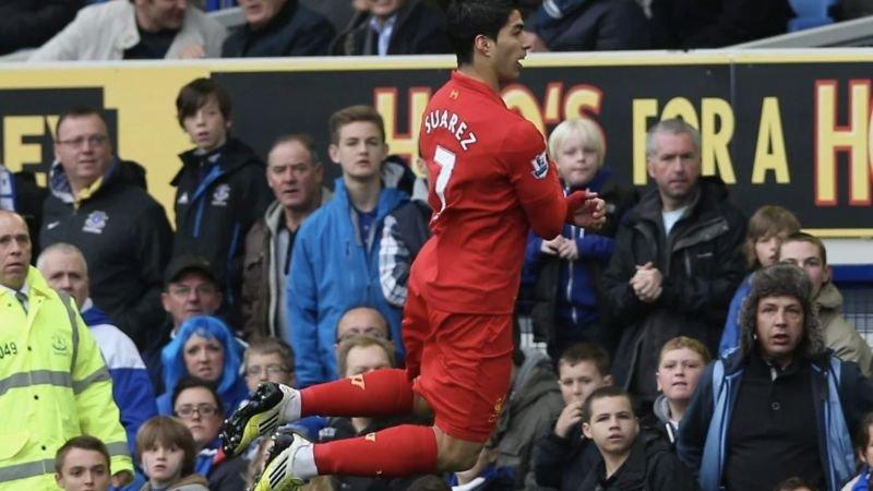 merseyside-derby-2012-luis-suarez-maakt-fopduik-voor-everton-bank-na-doelpunt