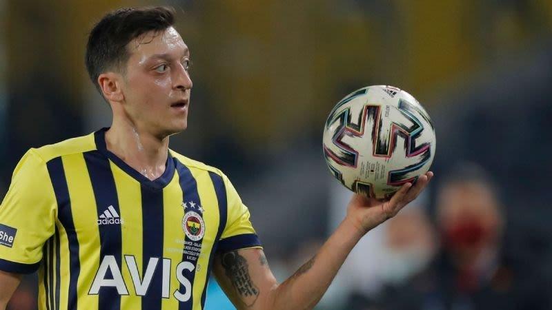 Mesut Özil investeert met onder andere lingeriemodel in Mexicaanse club Necaxa